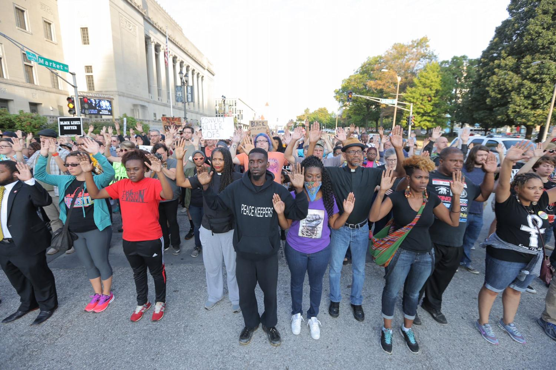 US_NEWS_STLOUIS-OFFICER-PROTEST_2_SL
